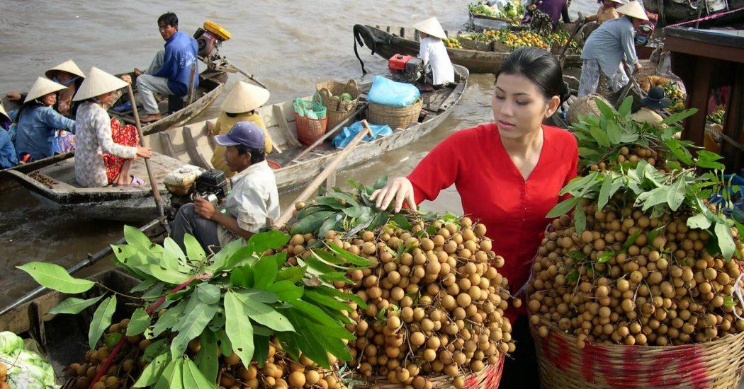 Chợ nổi Cái Răng với hàng hoá là trái cây, rau củ ... từ trong vườn mang ra chợ bán, sỉ có lẻ có.