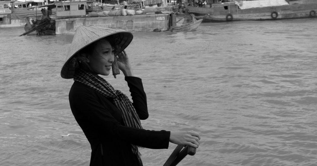 Một cô gái trong trang phục bà ba truyền thống của xứ Tây Đô ở chợ nổi Cái Răng - Trần Phương Linh